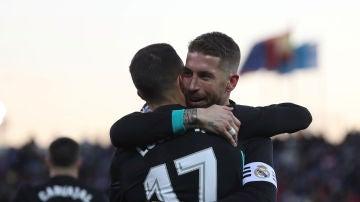 Lucas Vázquez celebra con Sergio Ramos su gol contra el Leganés