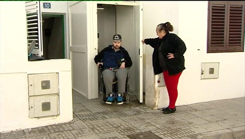 Un joven tetrapléjico consigue que las instituciones le pongan un elevador eléctrico para poder entrar y salir de su casa