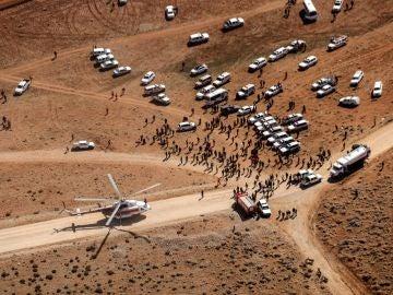 Miembros de los equipos de rescate llegan al lugar donde se produjo el siniestro del avión