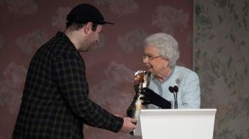 La Reina Isabel II, entrega el premio 'Reina Isabel II al diseño británico' al diseñador británico Richard Quinn