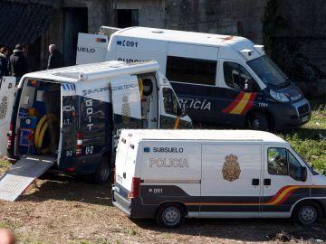 La Policía durante el registro en Pontevedra de la finca de los familiares de Julio Araujo