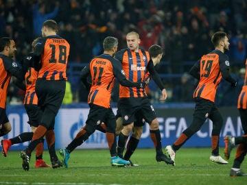Los jugadores del Shakhtar celebran uno de los goles contra la Roma