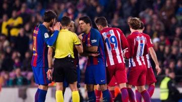 El colegiado extremeño Jesús Gil Manzano en un partido entre Barcelona y Atlético