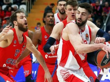 Jugadores de CSKA y Baskonia disputan el balón