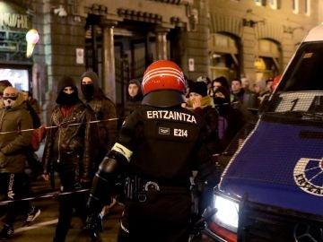 Un agente de la Ertzaintza vigila una manifestación contra el fascismo anoche en Bilbao