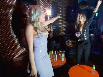 """Alessandra sale de fiesta con sus amigas y con el """"bodrio"""" de su marido"""
