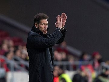 Simeone aplaude al público del Wanda Metropolitano