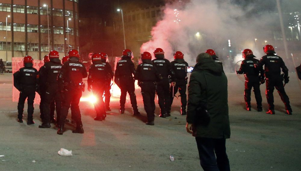 La ertzaina en los enfrentamientos en los aledaños de San Mamés entre aficionados del Athletic y el Spartak