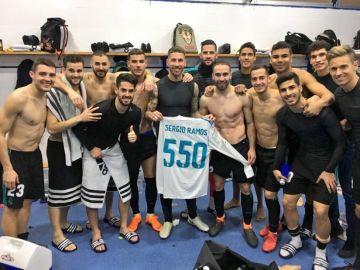 Sergio Ramos celebra con sus compañeros sus 550 partidos con el Real Madrid