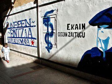 Mural con el símbolo de ETA