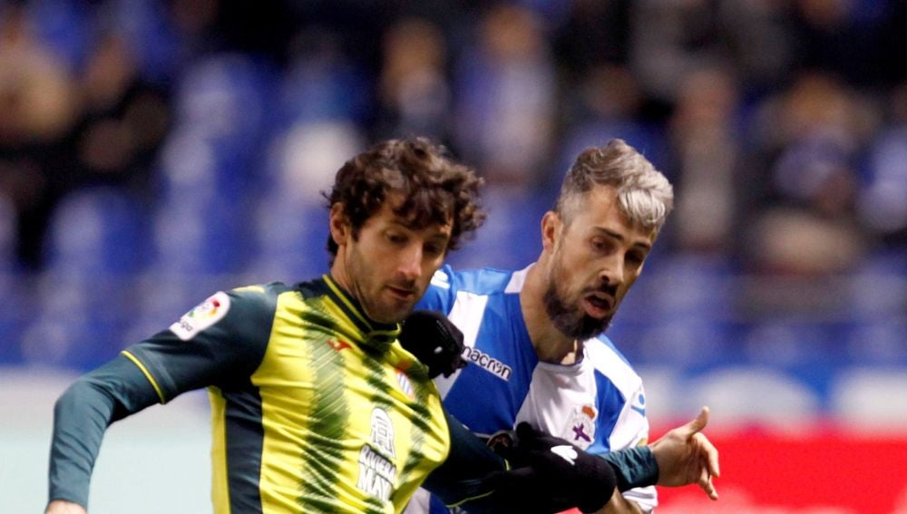 Granero y 'Luisinho' pelean por el balón durante el Deportivo-Espanyol