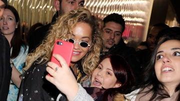 Rita Ora con sus fans