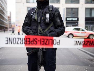 La policía monta guardia en las inmediaciones del centro comercial Europaallee