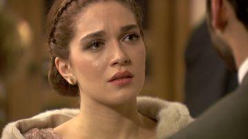 Julieta escucha la proposición de Saúl