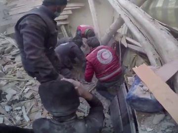 Rescatan a un niño entre los escombros tras los nuevos bombardeos en Guta Oriental