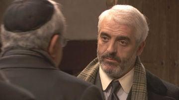Don Anselmo defiende a Mariana ante el abogado de su asesino