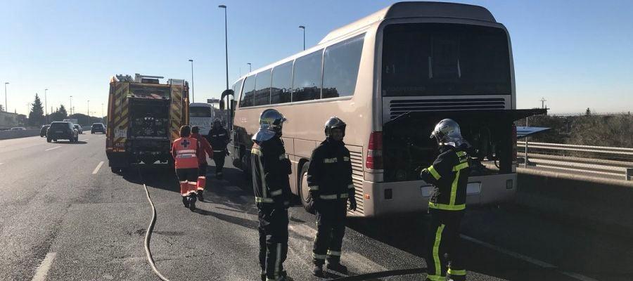 Arde un autobús escolar en Madrid que llevaba 46 niños de ocho años en su interior, todos ellos ilesos
