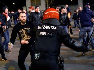 Un ertzaina se enfrenta a un ultra del Spartak
