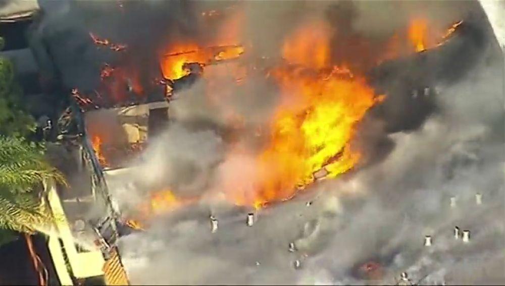 Un incendio destruye un edifico de apartamentos