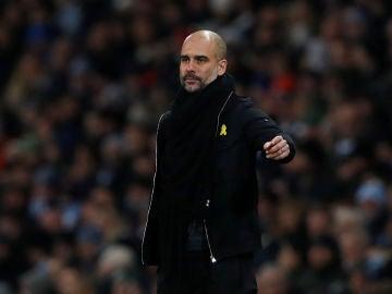 Guardiola, con el lazo amarillo durante un partido