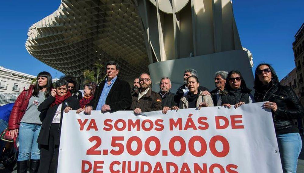 Juan Carlos Quer (5i), Ruth Ortiz (4i), Juan José Cortés (5d) y Antonio del Castillo (7i), entre otros familiares de asesinados
