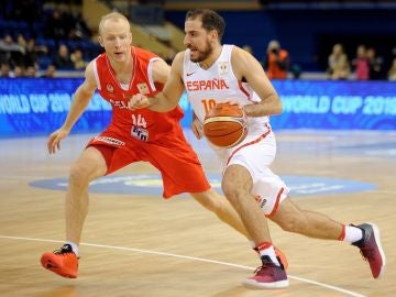 Quino Colom intenta entrar a canasta ante Bielorrusia