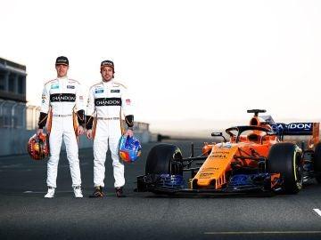 Alonso y Vandoorne con el nuevo McLaren MCL33
