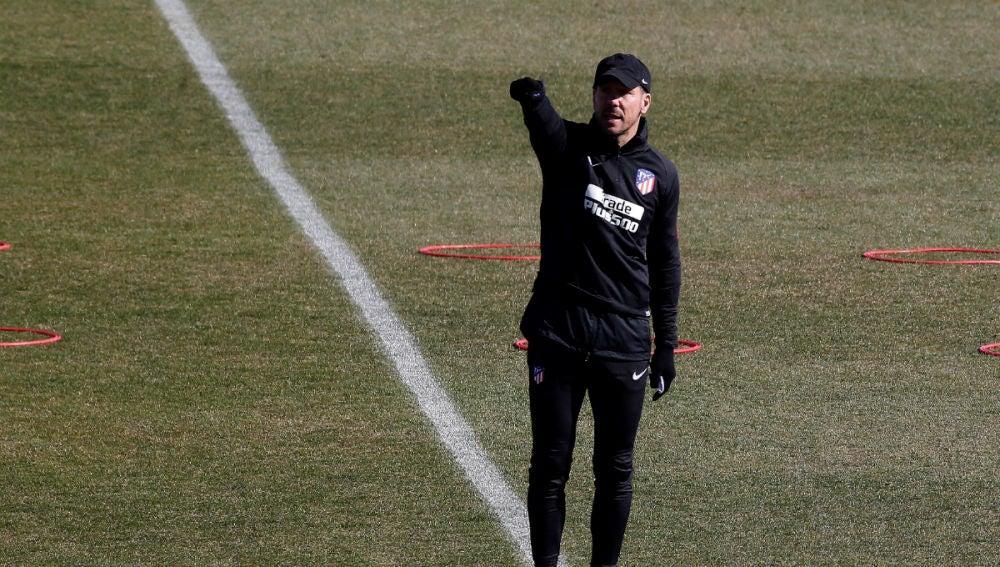 Simeone dirige un entrenamiento