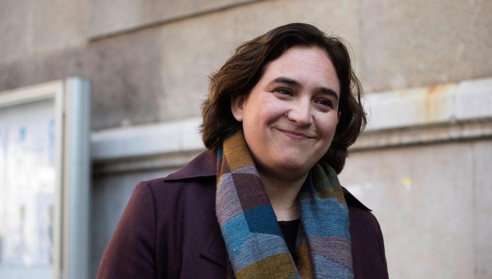 La alcaldesa de Barcelona, Ada Colau, a su llegada hoy al Conservatorio Municipal de Música