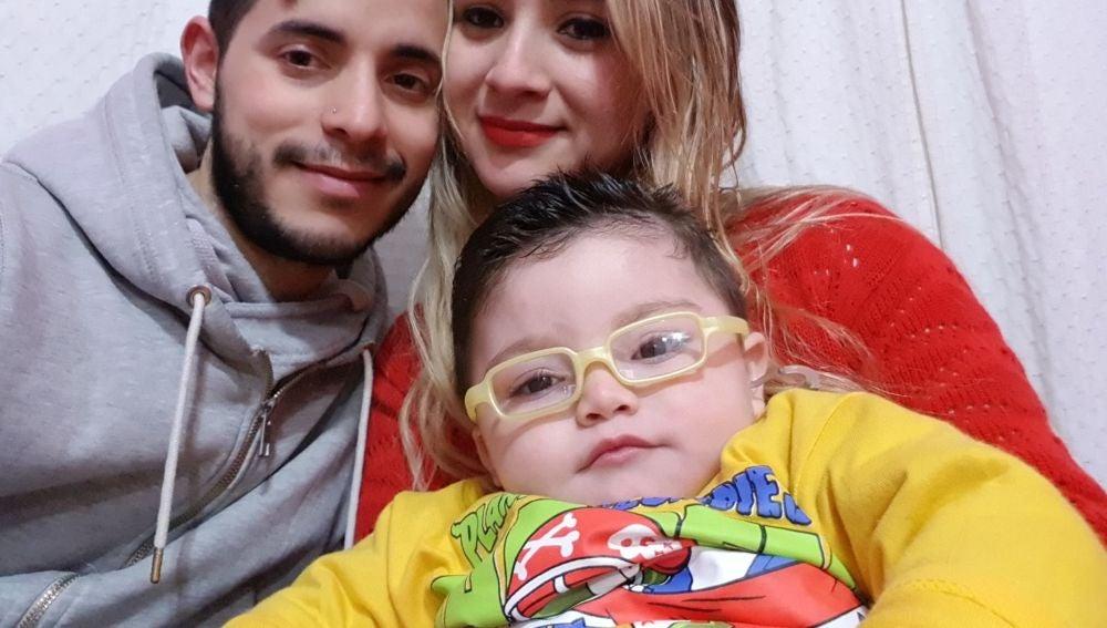 Tian junto a sus padres, Alejandro y Belén