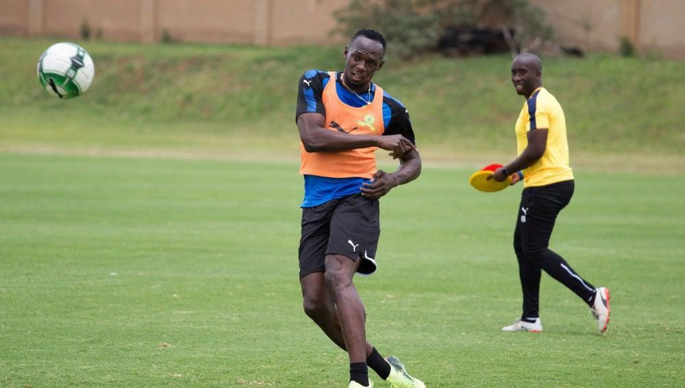 Usain Bolt jugando al fútbol