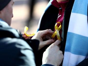 CDR repartiendo lazos amarillos en Wembley