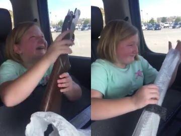 Una niña se emociona al recibir su primera escopeta