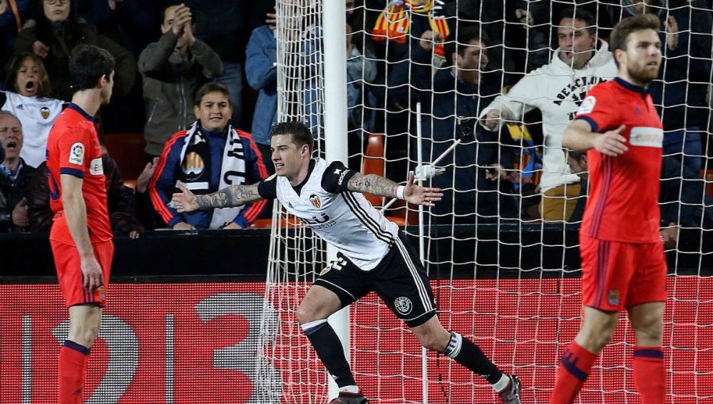 Santi Mina celebra un gol ante la Real Sociedad