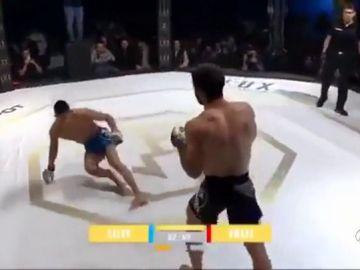 Un luchador se rompe la tibia y el peroné tras dar una patada a su rival