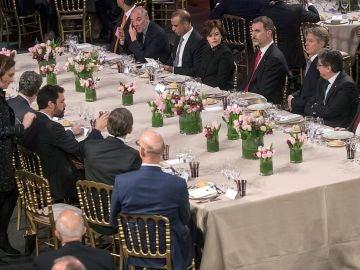 El Rey, frente a Colau y Torrent en la cena del Mobile World Congress