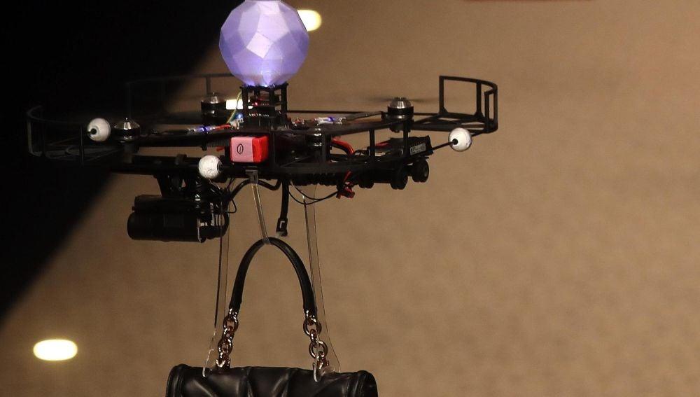 Bolsos llevados con drones en Milán