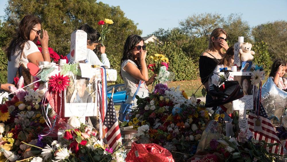 Alumnos y padres recuerdan a las víctimas del tiroteo