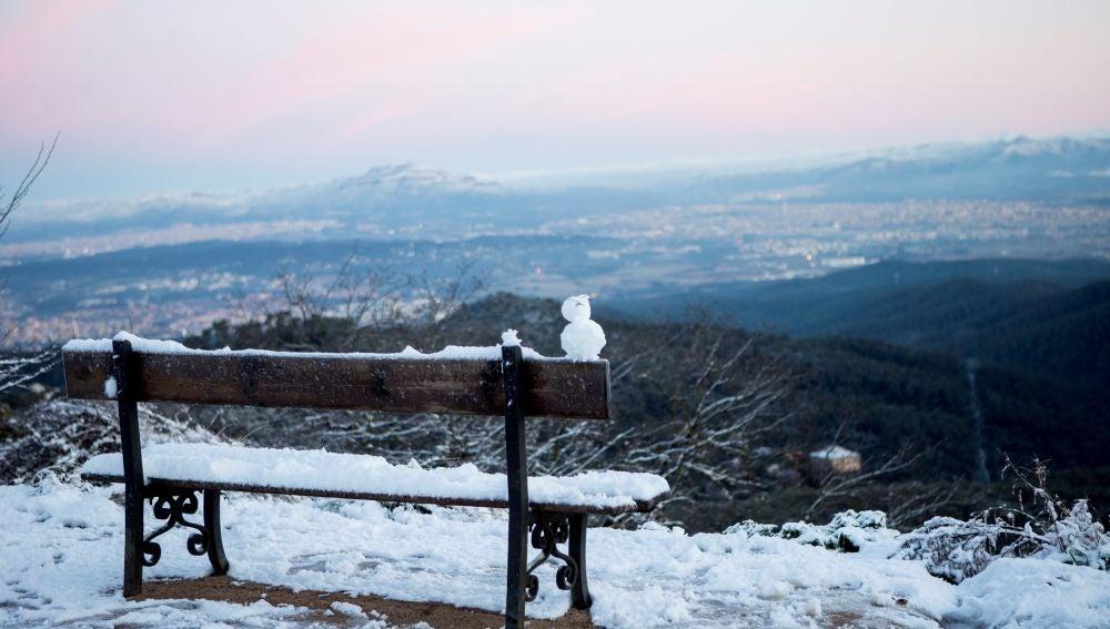 Un banco lleno de nieve