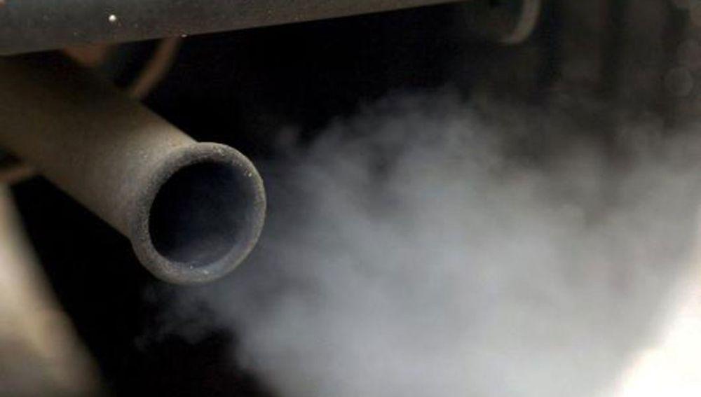 Un tubo de escapa echando humo