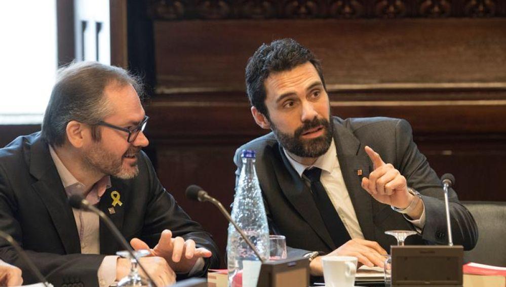 El presidente del Parlament, Roger Torrent, junto al vicepresidente primero, Josep Costa