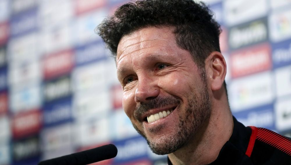 Simeone sonríe en la rueda de prensa