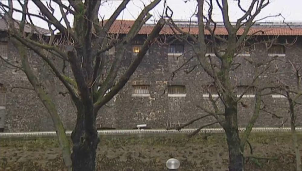 Francia traslada a dos presos de ETA a una prisión próxima al País Vasco