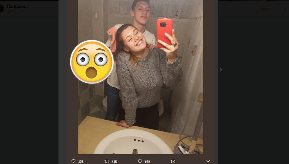 Fotos En El Bano Memes.Esta Pareja Se Hace Un Selfie En El Bano Y La Foto Se Vuelve