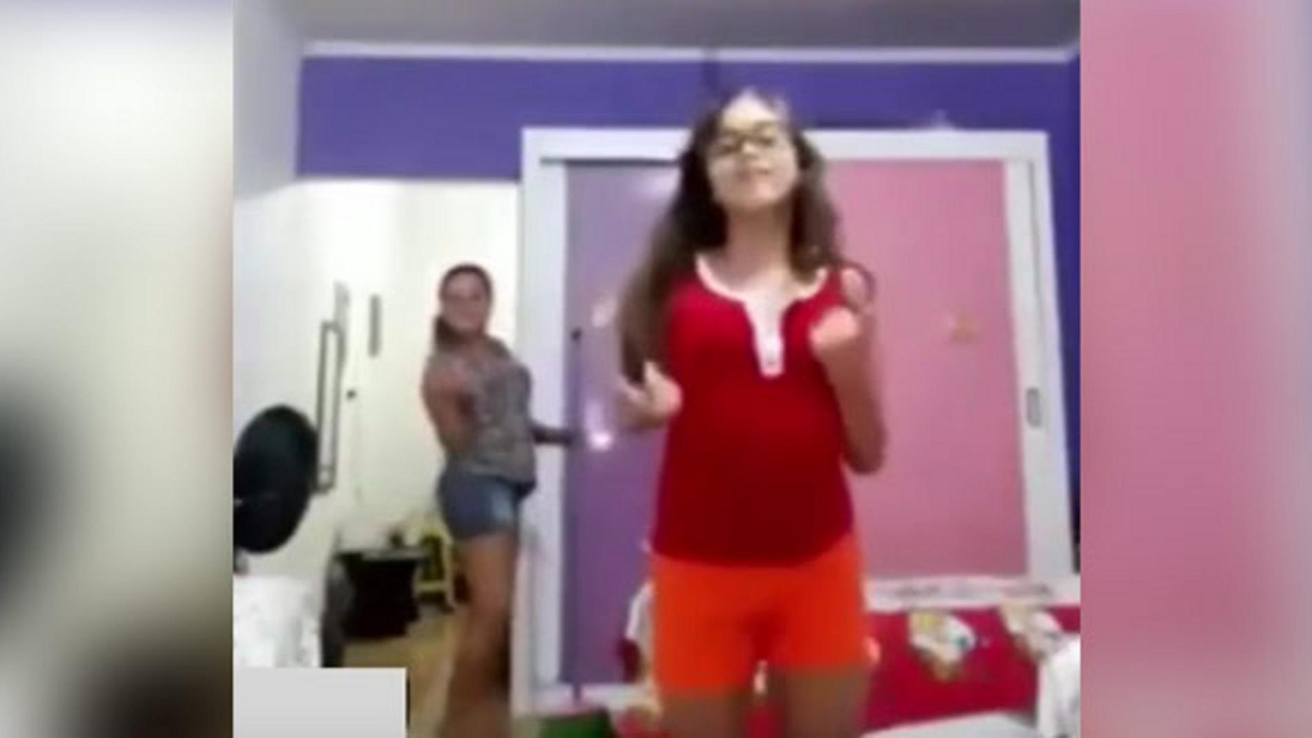 madre-bailando-detras-hija.jpg