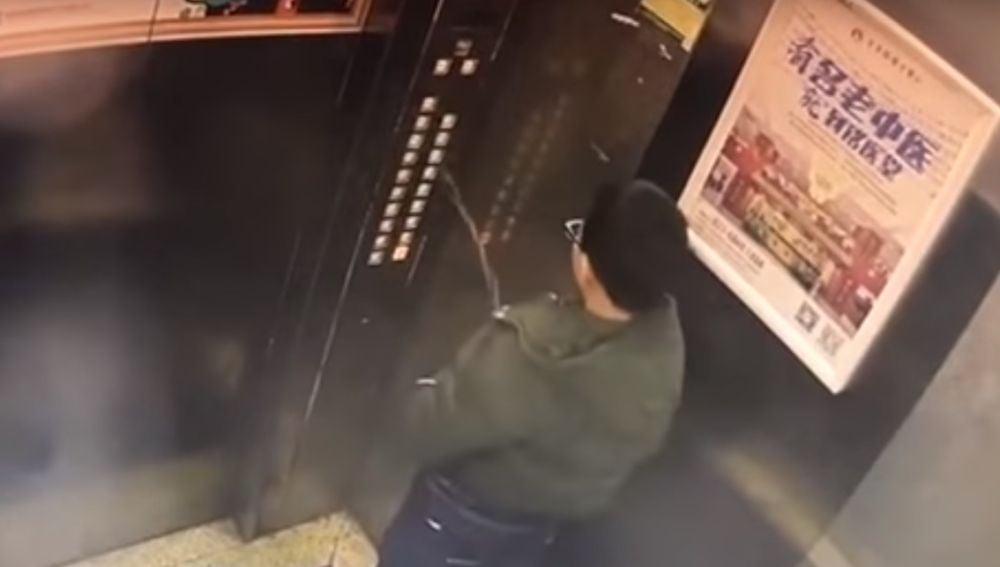 El joven orinando en el ascensor