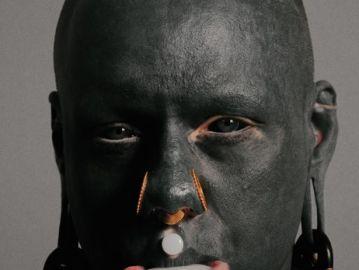 Tatuador impregna su cuerpo de tinta