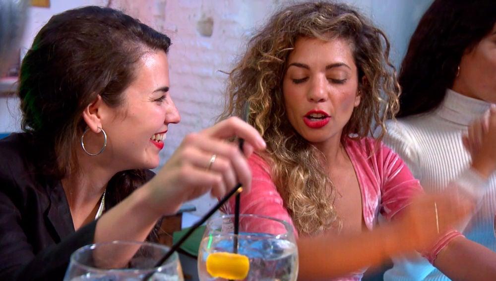 Carolyne y Sheyla juegan a 'beso, atrevimiento y verdad'