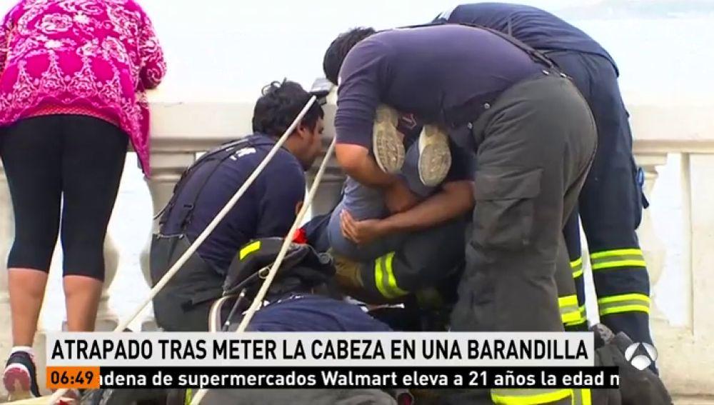 Niño atrapado en una barandilla en Chile
