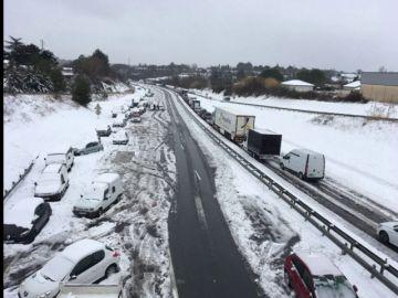 El temporal de nieve deja a centenares de conductores bloqueados en Francia